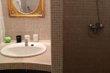 Badkamer met douche en wc / Bathroom with shower and toilet / Badezimmer mit Dusche und Toilette