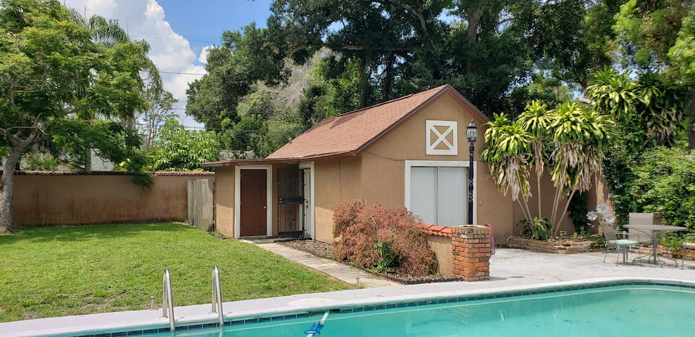 Quaint Cozy Cottage Guest House With Pool