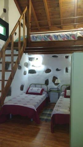 Tercera habitación,dos camas individuales y en el altillo una de matrimonio.