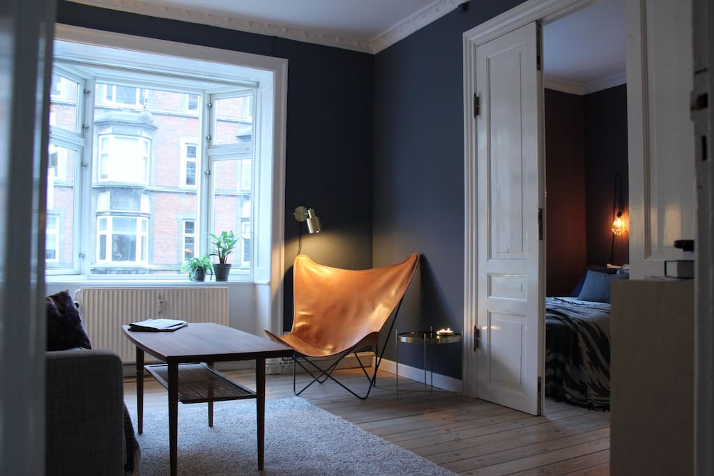 Living room with entrence to the bedroom
