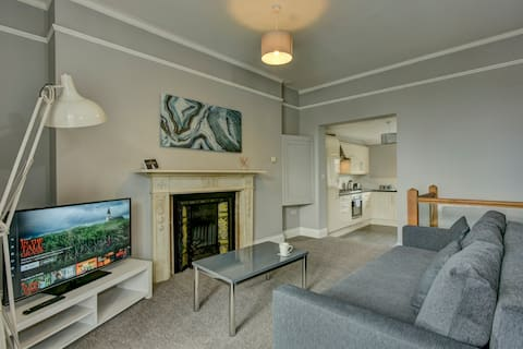 ☆ Central 2 Bedroom Apartment with Free Parking ☆