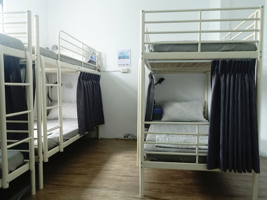 下鋪床位有遮光簾