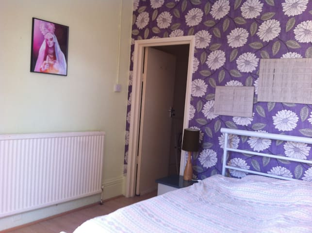 Bright double room in a garden flat