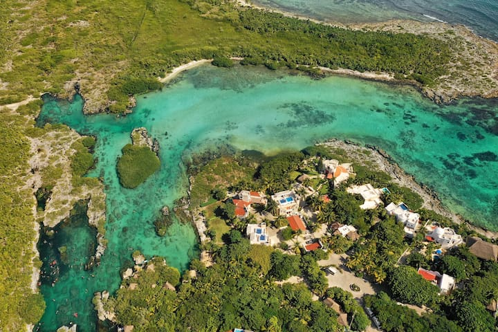 The location of Casa Galeria is priceless. At the edge of a quiet street, just a short walk to Yalku Lagoon and Half Moon Bay. Yalku Lagoon is a unique experience for its visitors with its aquarium-like snorkeling!