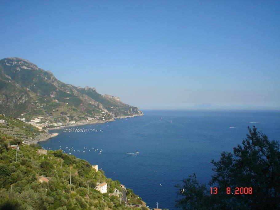 panorama dal terrazzo inferiore (sullo sfondo la costa cilentana)