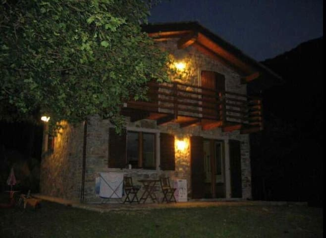 Villa in pietra con giardino e bosco