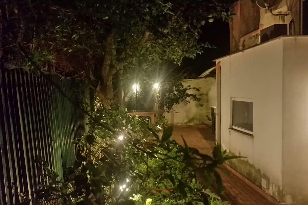 Vista del giardino di sera - Night time garden view