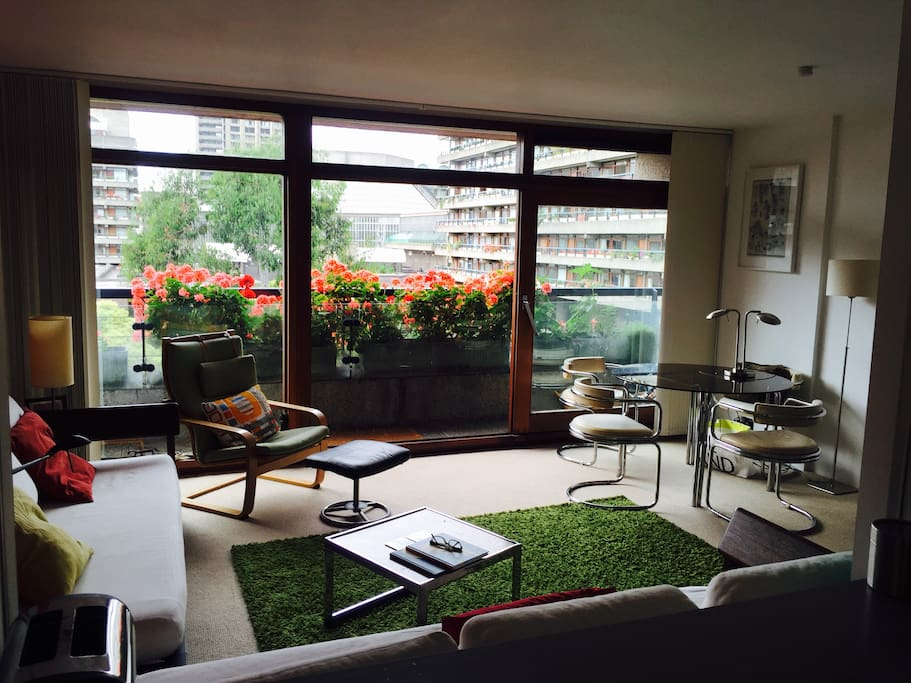 Central London One Bedroom Flat With Lakeside View