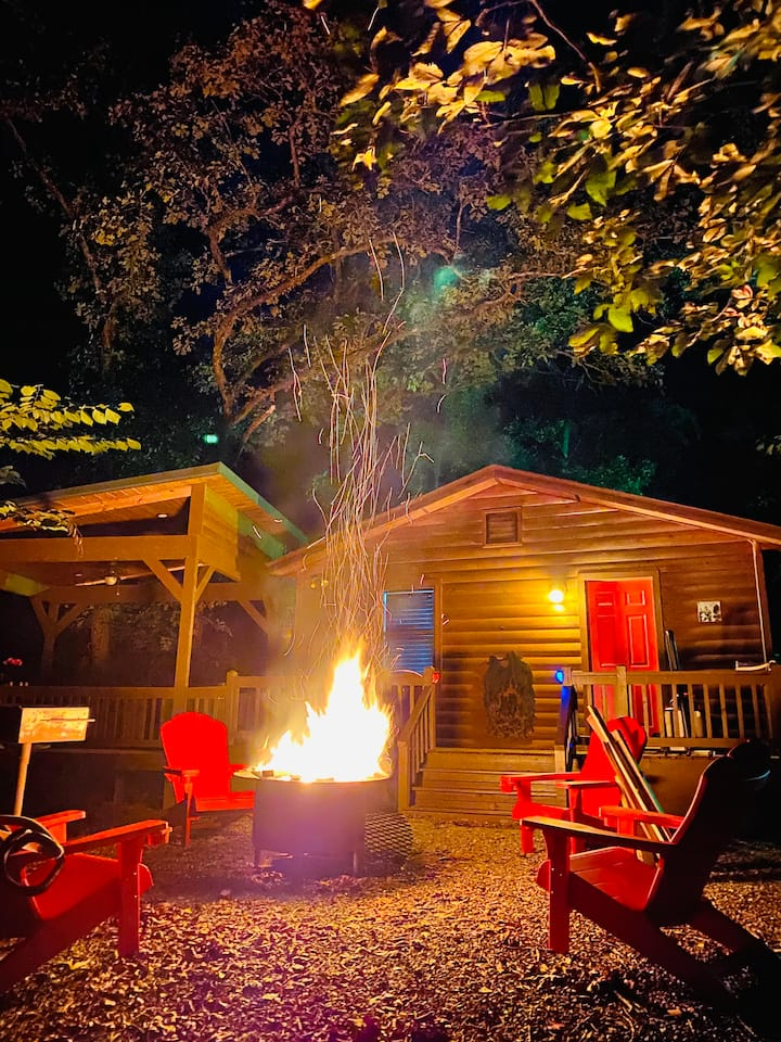 The Tipsy Squirrel Luxury and Quaint 1 Bedroom Cabin located in the Heart of Hochatown!