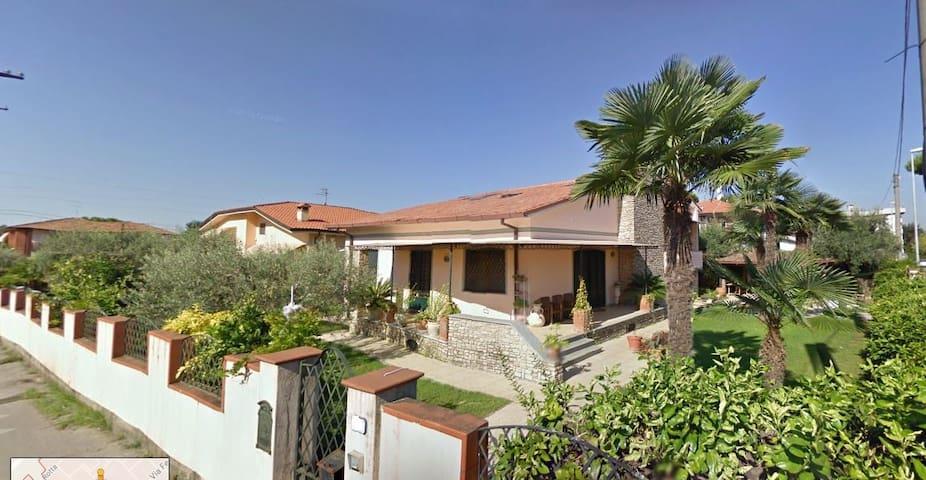 pressi di Forte dei Marmi, casa con giardino. Chic - Ripa- Pozzi-Ponterosso - Hus