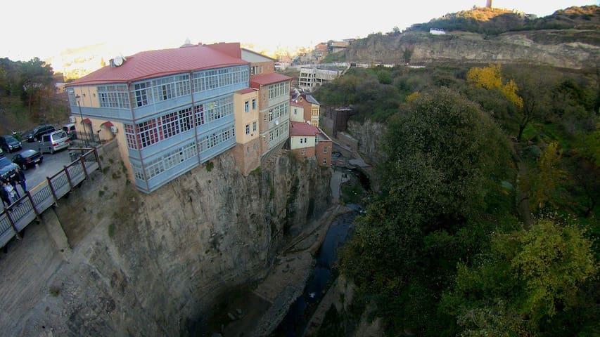 Дом над водопадом около серных бань
