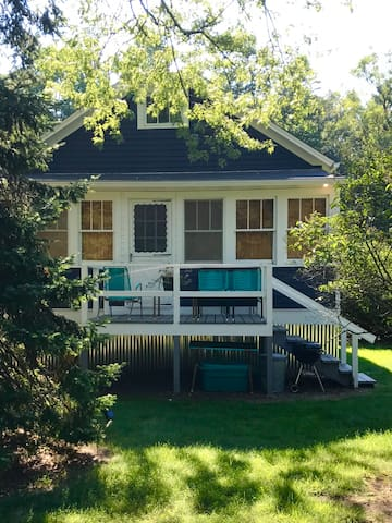 Vintage Sawyer Lake Cottage -- Walk to Beach