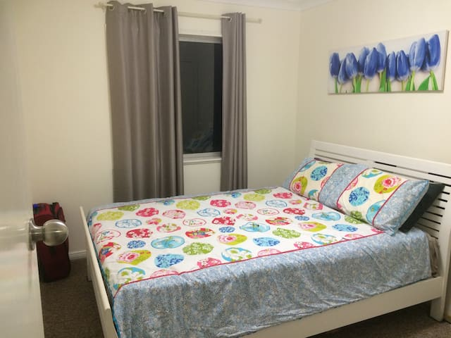 Clean tidy room in basic house - Slacks Creek - Huis