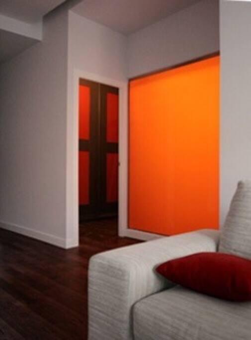 Salón y cristal naranja del baño 1 / living room & bathroom orange window