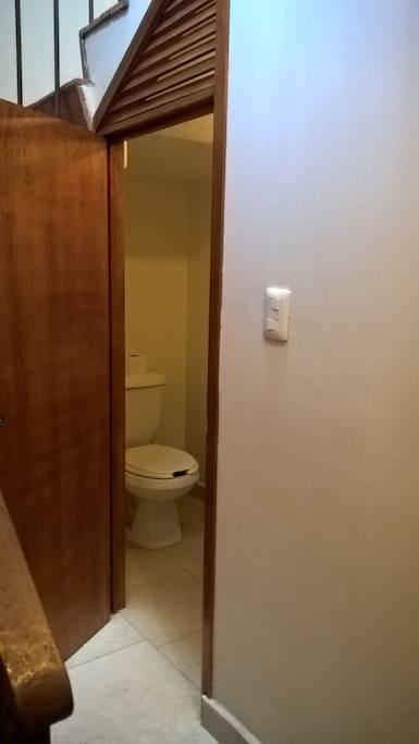 Baño fuera de la habitación.