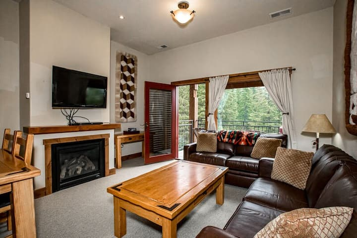3 bedroom ski access condo at the Pines. Wonderful views/Ac for summer days