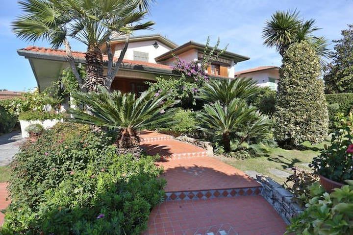 Amazing Villa - ปิเอทราซานตา - วิลล่า