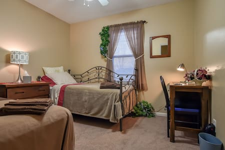 Cozy, Comfy Bedroom Away From Home - Belton - Huis