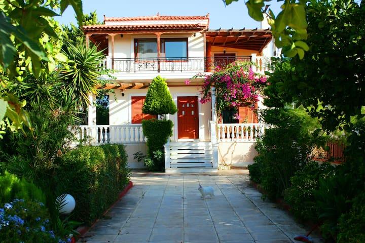Villa με κήπο150 μ. από τη θάλασσα - Loutraki - Villa