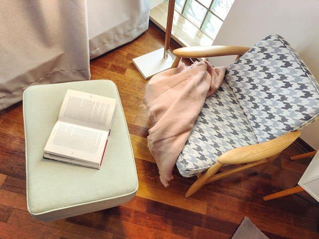 Ustronne Zacisze - zabytkowe fotele/ strefa czytelnika
