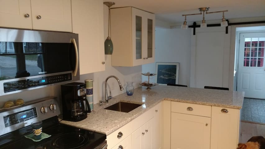 Quiet cozy cottage close to restaurants, beach - Kennebunk - House