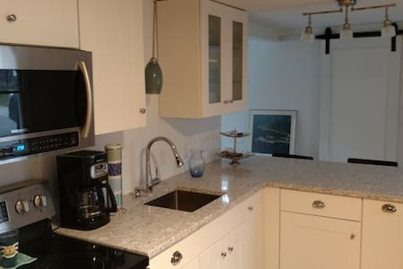 Quiet cozy cottage close to restaurants, beach - Kennebunk - Huis