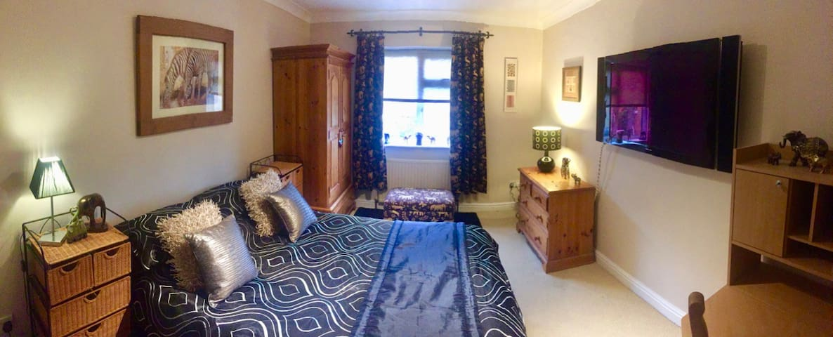 Beautiful African Double Room + Parking