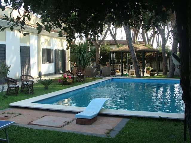 VILLA: 4 bedrooms,private swimming pool,100m beach