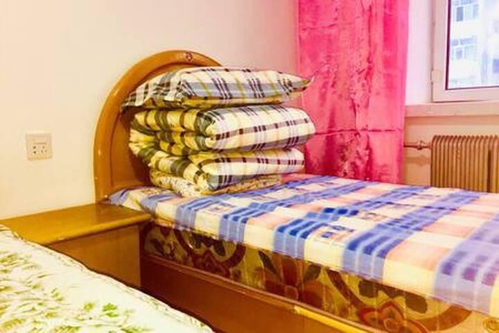 温馨的次卧室可以容纳三口之家