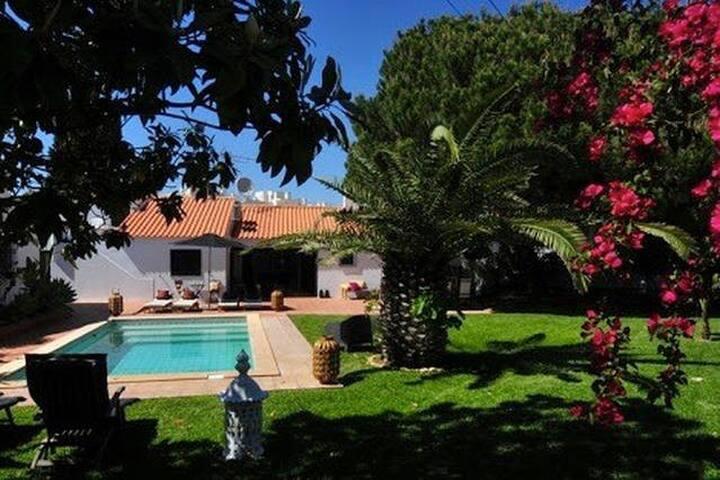 Villa 150m from the beach - Olhos de Água - บ้าน