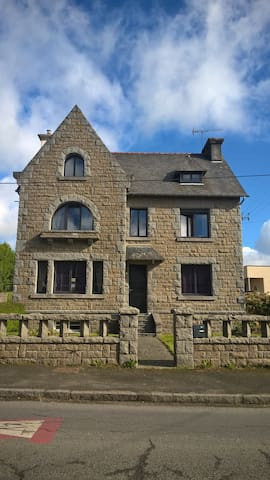 Grande maison néo-bretonne centre bourg.