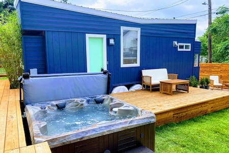 HGTV Tiny Home w/ HOT TUB - 1 Mile to Downtown
