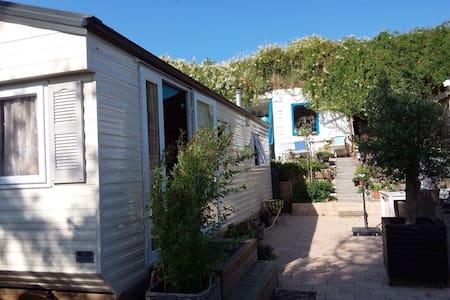 Cozy cottage next to the beach - IJmuiden - Mökki