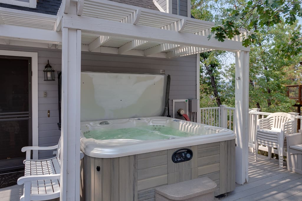 Fully-functioning hot tub. Keep cool for the kids!