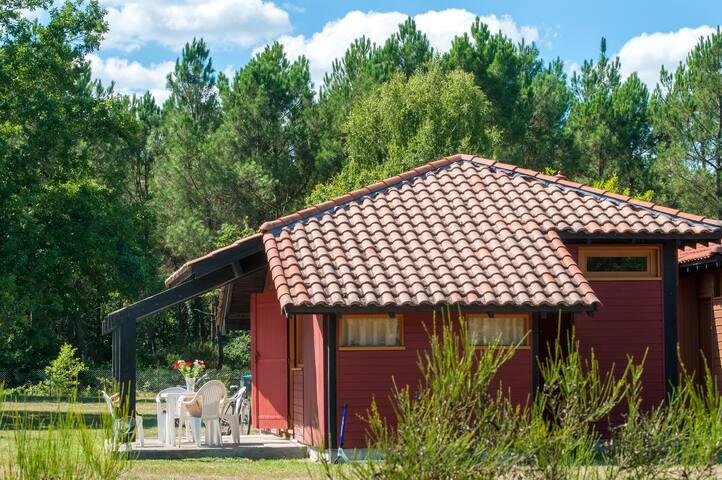 Chalet pour 6 au calme, accès piscine et sauna.