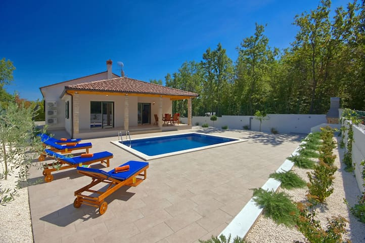 Villa LeDa for a relaxing holiday - Belavići - Dom