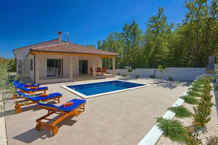 Villa LeDa for relaxing holiday - Belavići