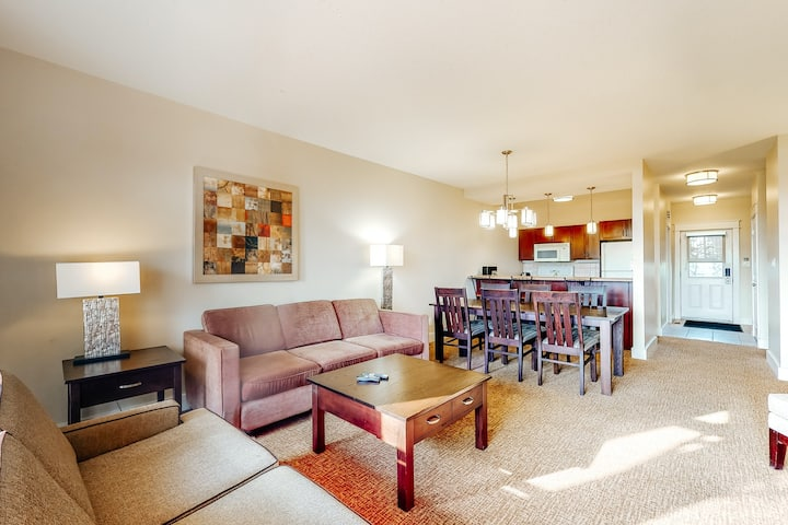 Convenient dog-friendly condo w/patio, gas grill, & shared outdoor pool/hot tub
