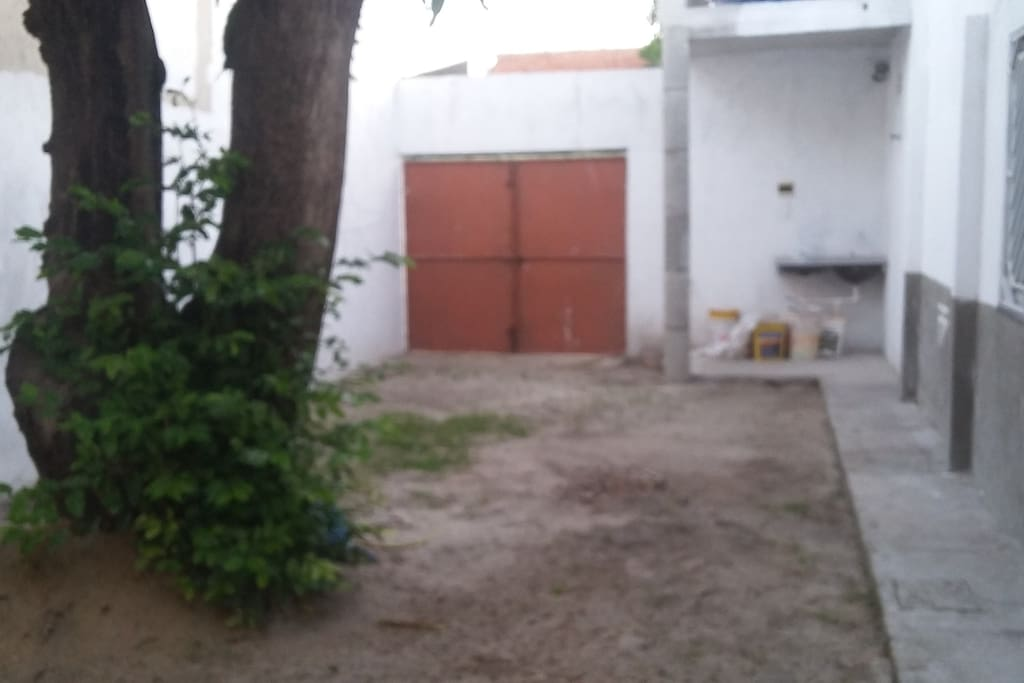 Espaço aberto do lado da casa adequado para garagem