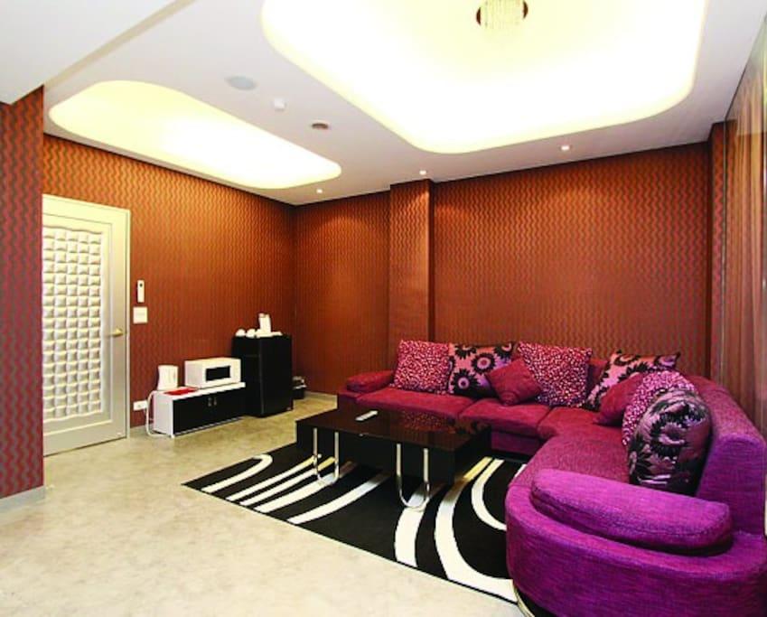 4B秋紫嫣紅-客廳-附微波爐及電煮壺