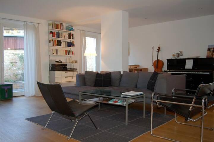 Wohnzimmer mit Klavier, TV und Hifi
