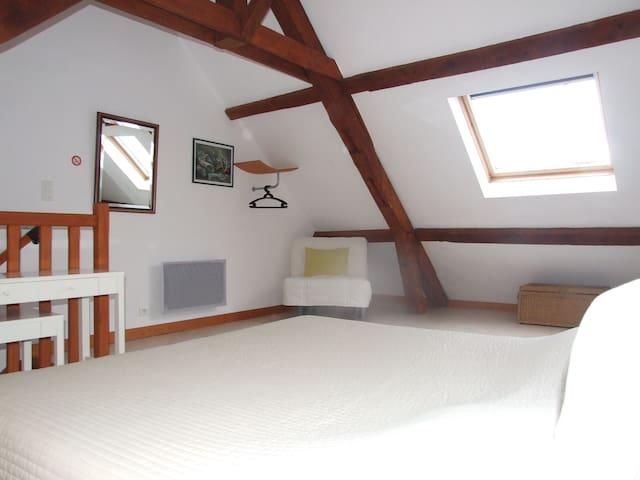 Les Communs, 3 chambres d'hôtes. La chambre Ciel - Franchesse - Gästehaus