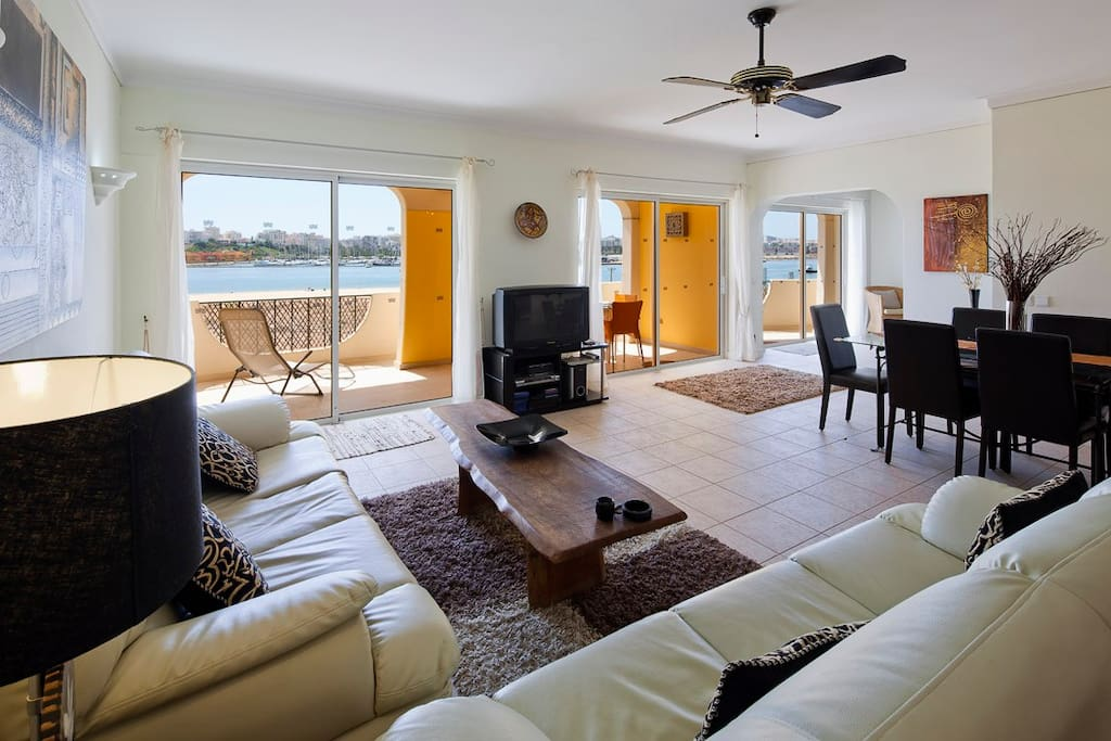 Spacious living room and unobstructed views of Rio Arade