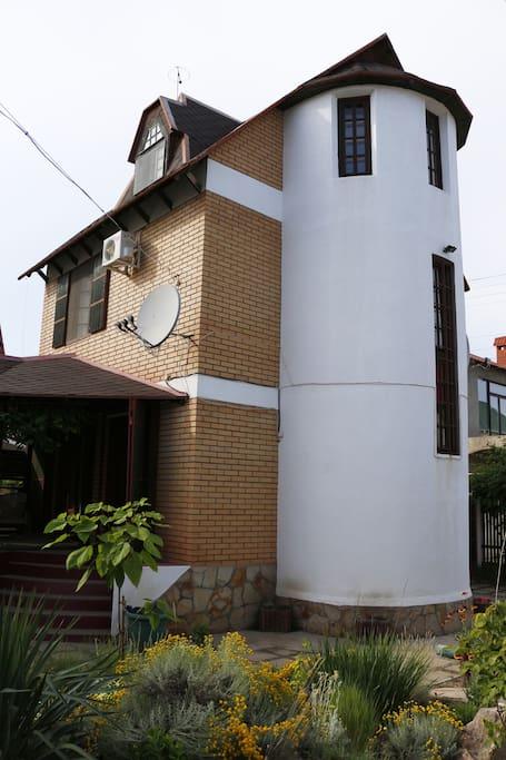 Фасад дома со стороны двора.