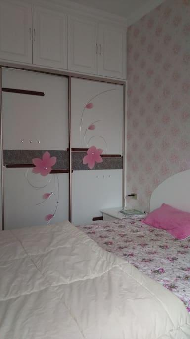 爱干净的女房东,干净的大床,衣柜,