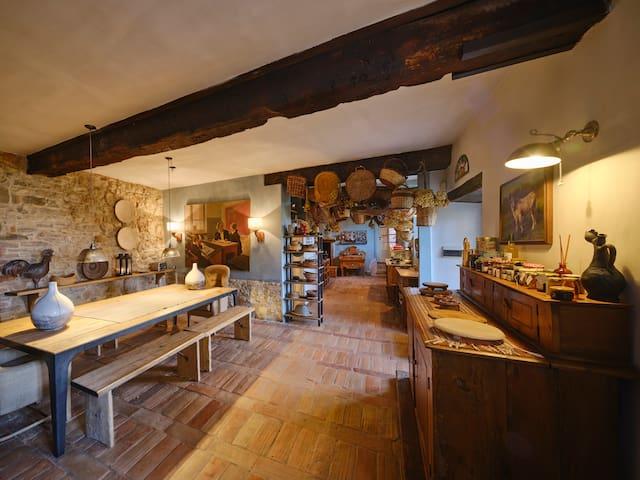 ZONA COLAZIONE IN CUCINA. Questa stanza si usa nelle stagioni intermedie, quando la temperatura non permette di stare fuori  per la prima colazione.