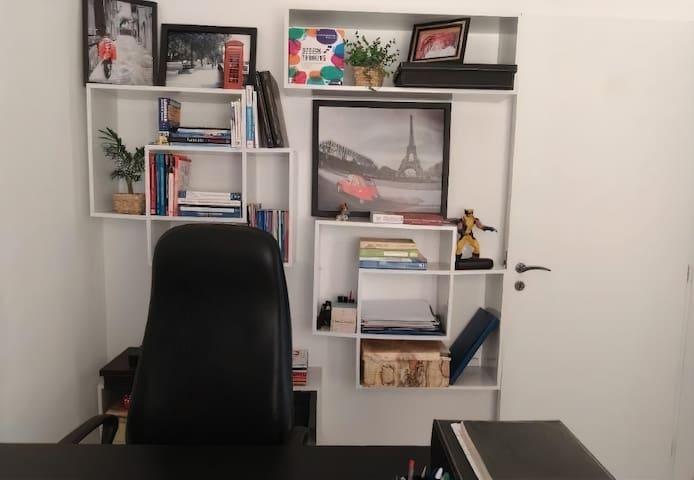 Quarto com 2 colchonetes de solteiro (Ortobom) que serve também de escritório para home office e estudo.