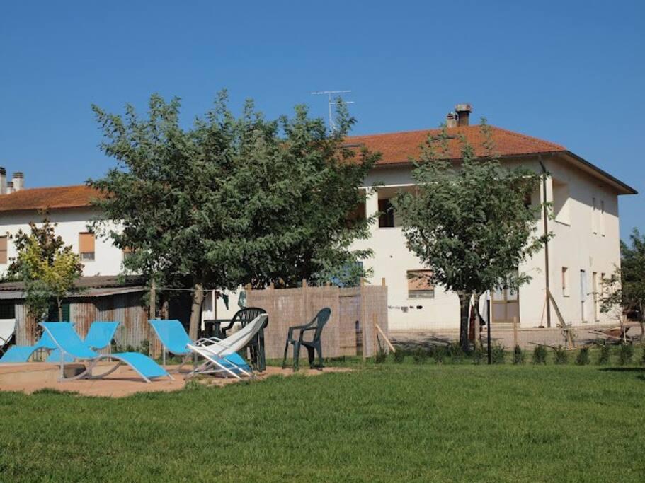area piscina vicina ma separata dagli alloggi