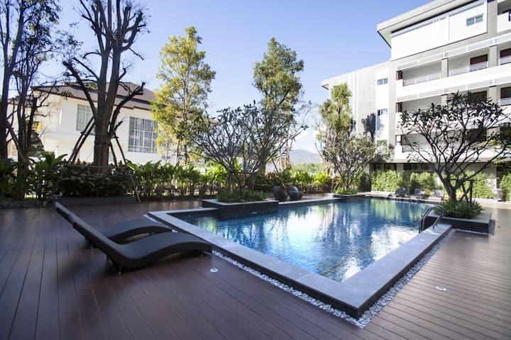 Luxury Fully Furnished Brand New 50 sq 1 Bed Condo