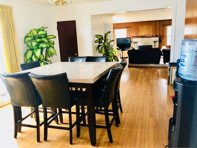 Private Bedroom near Metra, 20 min to Airport